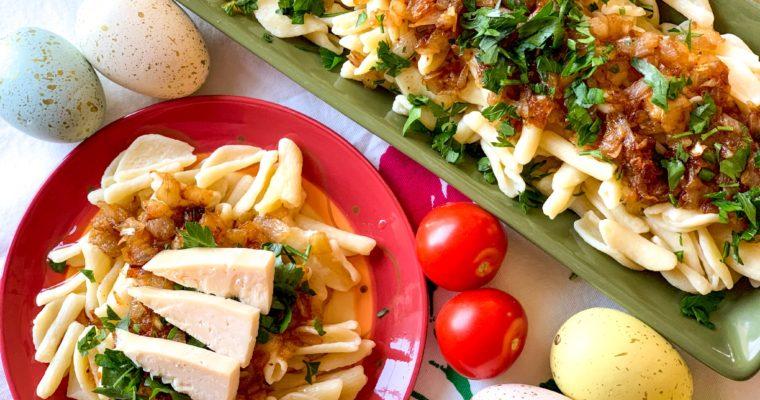 Traditional Greek Pasta with Caramelized Onions – Makarounes me Tskinosi